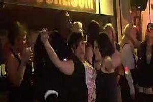 должен успокоить отсос у толпы на секс пати вечеринки опытная